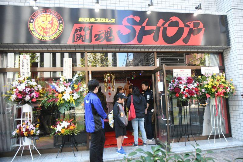 Manabu Nakanishi cuts the ribbon at the New NJPW Shop grand re-opening!